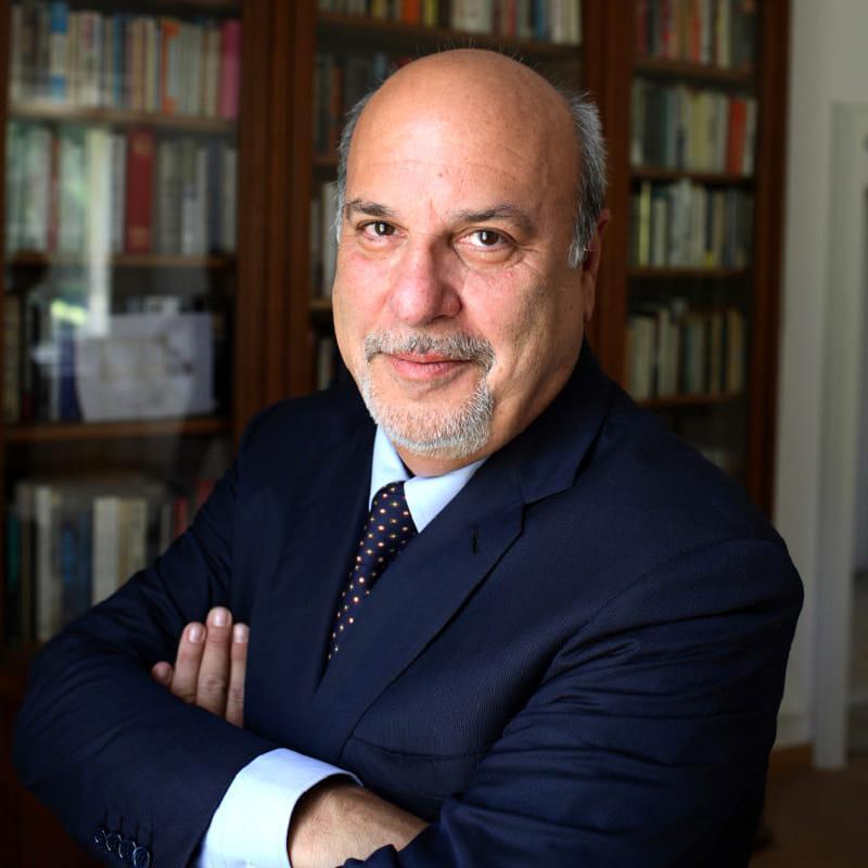 Alan Friedman presenta L'uomo dall'impermeabile giallo